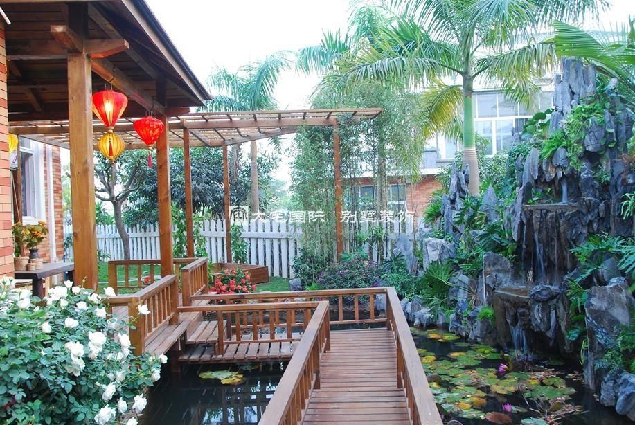 别墅庭院花园-1 专业的别墅装修设计公司在对别墅庭院花园设计的时候应该与业主有一个详细的探讨,仔细的了解业主想象中的一个花园美景。通过这个过程,设计师也基本上更能明白业主想要的花园是怎样的一种风格,然后才能做出一个完美的规划。