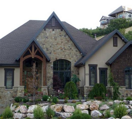 现代别墅装修的发展对农村别墅设计也产生了潜移默化的影响,早在明代计成著的《园冶》中就有记载,庭院建设最理想的为山林地,而最讨巧的为湖泊地。而现代乡村中的地貌下,给人一种回归自然的笔触。 农村别墅设计在用地时有着富裕的可用地,这种不受面积限制的优势有时候会给别墅设计带来一定的优势。这也要合理去运用,诸如在庭院布局中的D:H的比值就可以看出一座庭院给人带来什么样的感觉。
